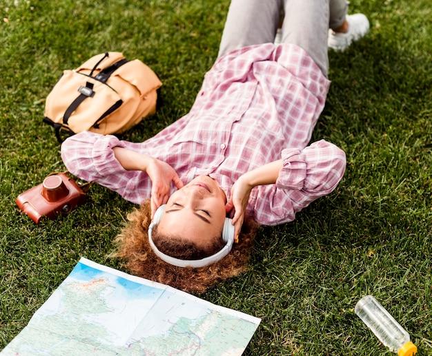 Frau, die eine pause nach dem reisen macht