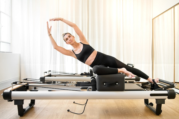 Frau, die eine pilates yoga-nixeübung durchführt
