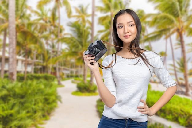 Frau, die eine retro- fotokamera verwendet