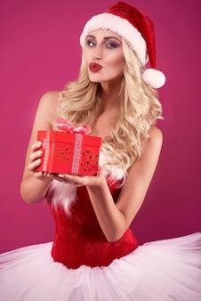 Frau, die eine rote geschenkbox trägt
