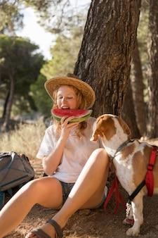 Frau, die eine scheibe wassermelone isst
