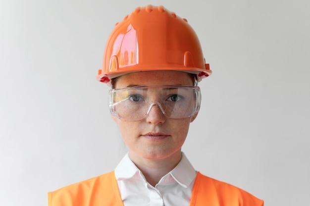 Frau, die eine spezielle industrielle schutzausrüstung trägt