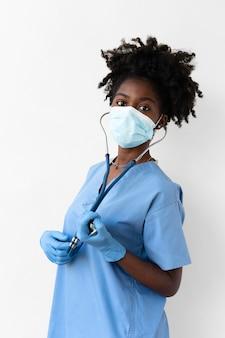 Frau, die eine spezielle medizinische schutzausrüstung trägt