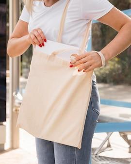 Frau, die eine stofftasche trägt