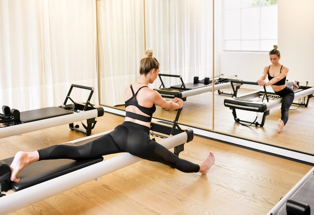 Frau, die eine stretch-longe-pilates-übung macht