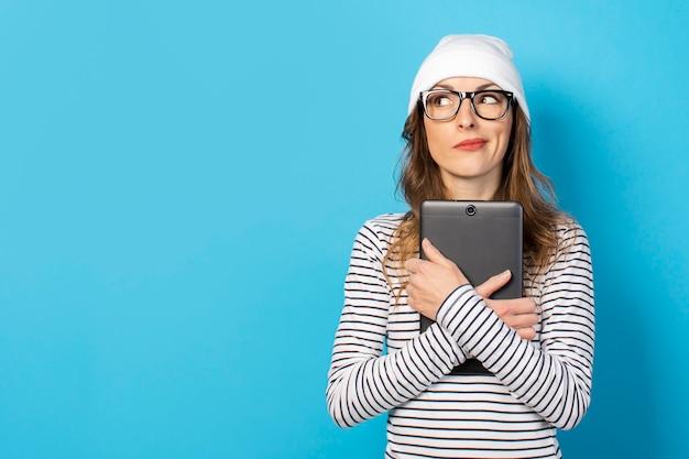 Frau, die eine tablette in ihren händen hält