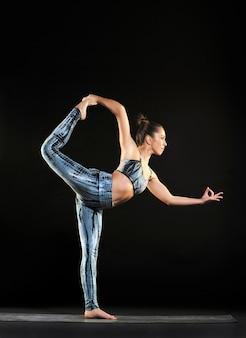 Frau, die eine tänzerhaltung während eines yogatrainings tut