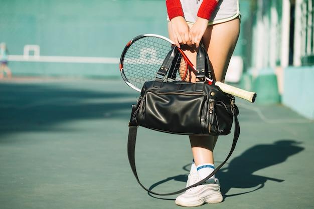 Frau, die eine tasche mit sportkleidung hält