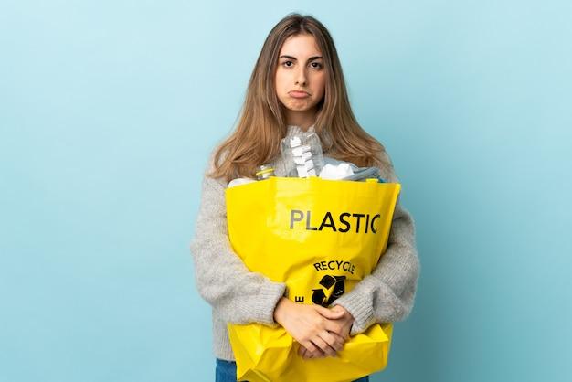 Frau, die eine tasche voll plastikflaschen hält