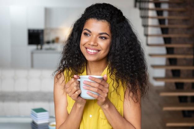 Frau, die eine tasse kaffee genießt