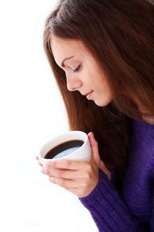 Frau, die eine tasse kaffee hält
