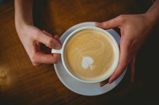 Frau, die eine tasse kaffee