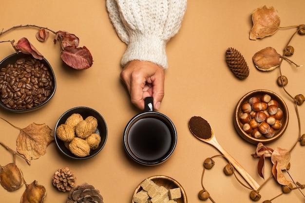 Frau, die eine tasse schwarzen kaffee, draufsicht hält