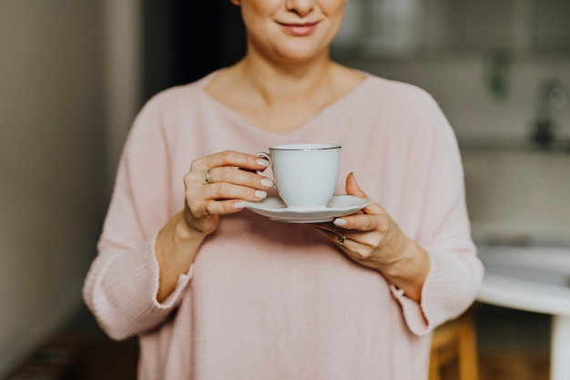 Frau, die eine tasse tee anhält