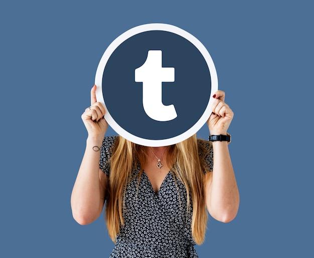 Frau, die eine tumblr-ikone zeigt
