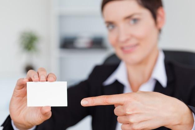 Frau, die eine unbelegte visitenkarte zeigt