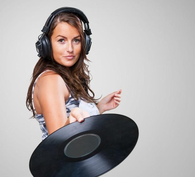 Frau, die eine vinyl halten
