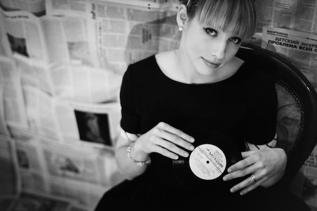 Frau, die eine vinyl-schallplatte