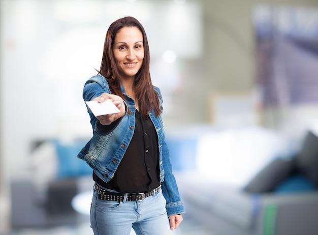 Frau, die eine weiße karte zeigt