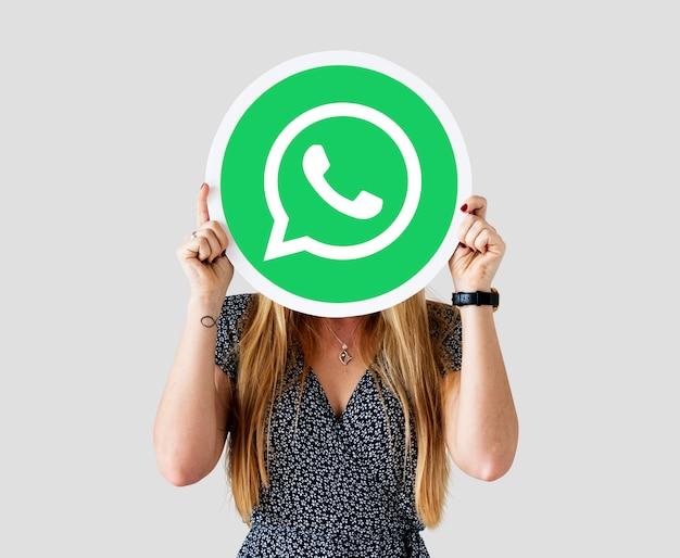 Frau, die eine whatsapp-kurierikone zeigt