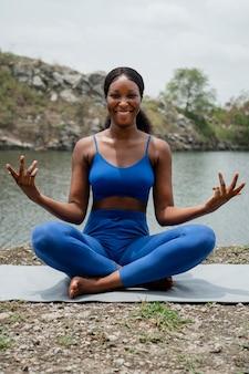 Frau, die eine yoga-pose unterrichtet