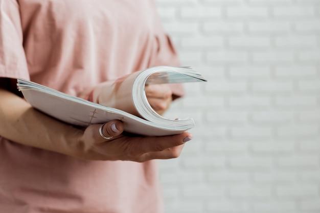 Frau, die eine zeitschrift liest