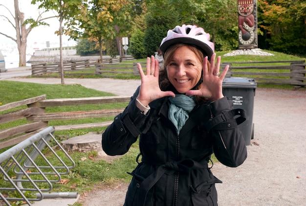 Frau, die einen ausdruck mit ihrem gesicht in vancouver, britisch-columbia, kanada macht