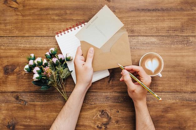Frau, die einen brief schreibt