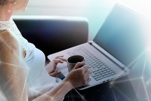 Frau, die einen digitalen remix der globalen netzwerktechnologie des laptops verwendet
