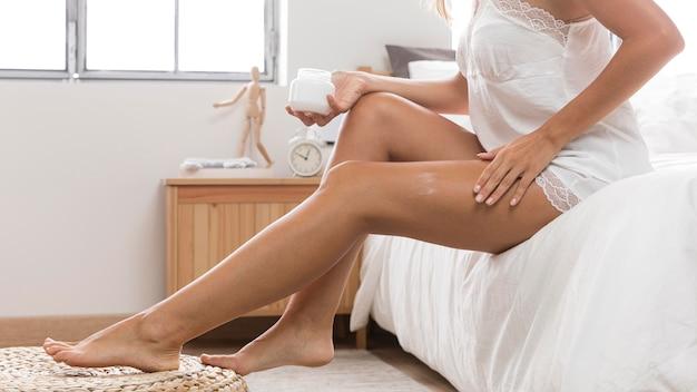 Frau, die einen entspannenden tag hat und ihre beine massiert