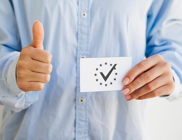 Frau, die einen europäischen stimmzettel hält