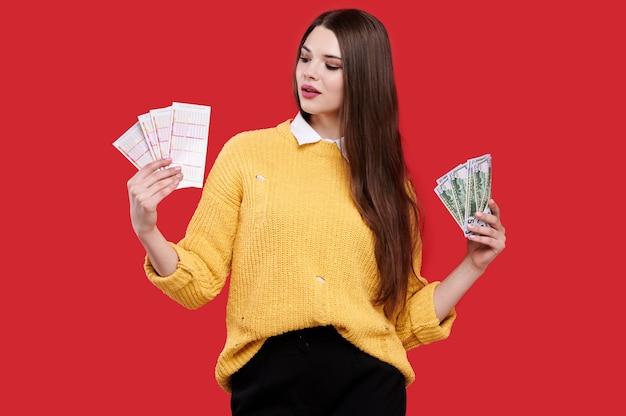 Frau, die einen gelben pullover trägt
