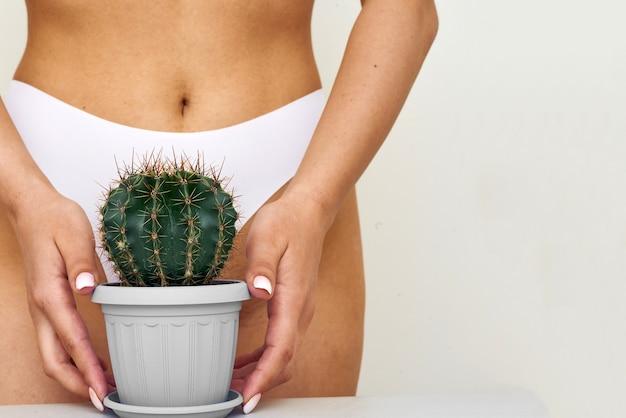 Frau, die einen großen kaktus hält