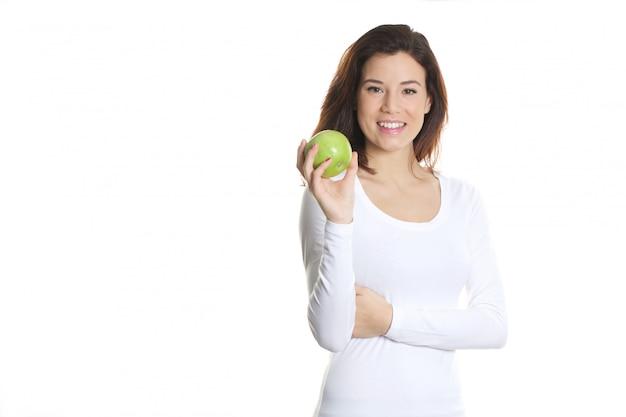 Frau, die einen grünen apfel anhält