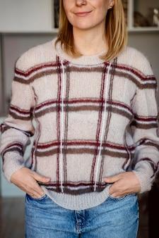 Frau, die einen handgemachten pullover trägt