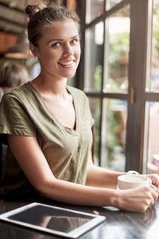 Frau, die einen kaffee nimmt