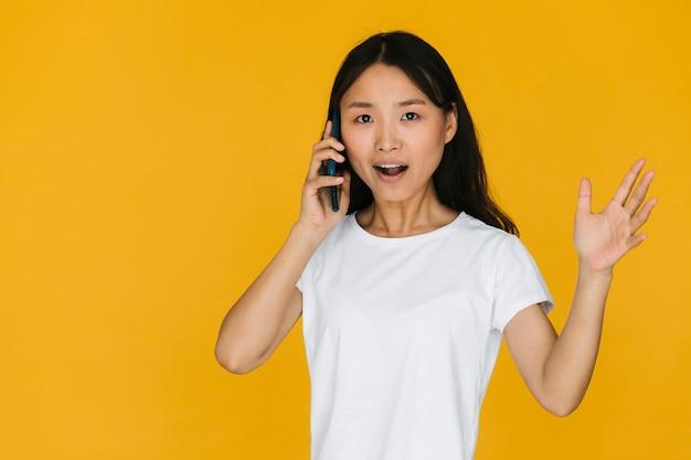 Frau, die einen kampf am telefon hat