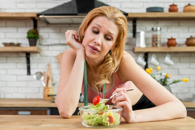 Frau, die einen kopfsalatsalat isst