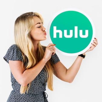 Frau, die einen kuss zu einer hulu-ikone durchbrennt