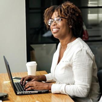 Frau, die einen laptop in einem konferenzzimmer verwendet