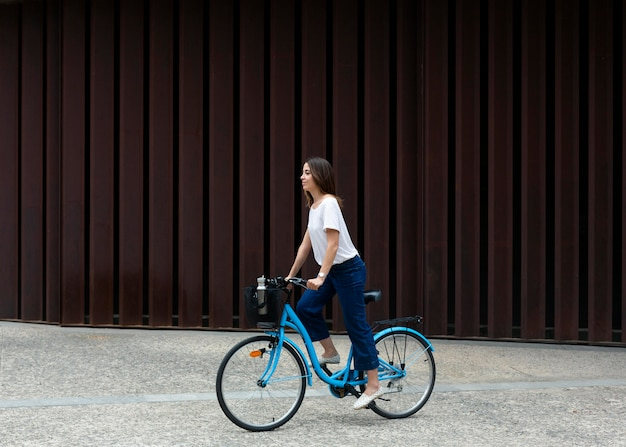 Frau, die einen öko-weg für den transport nutzt Kostenlose Fotos