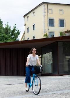 Frau, die einen öko-weg für den transport nutzt