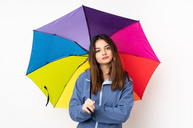 Frau, die einen regenschirm hält
