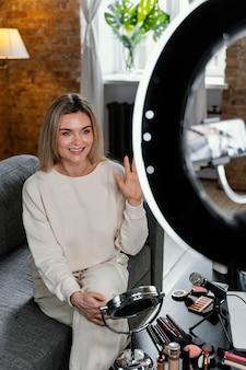 Frau, die einen schönheits-vlog tut