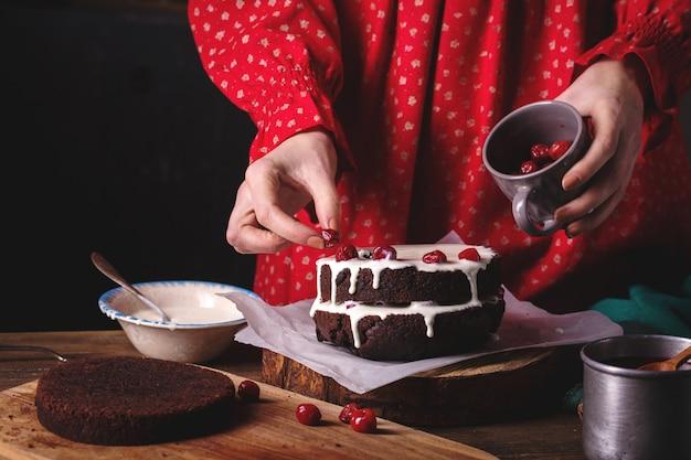 Frau, die einen schokoladenkuchen vorbereitet