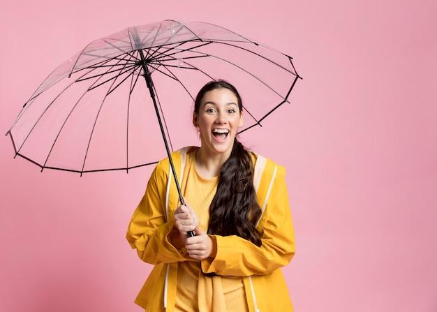 Frau, die einen spaziergang mit einem regenschirm nimmt