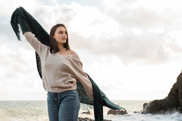 Frau, die einen strandausflug mit kopienraum genießt