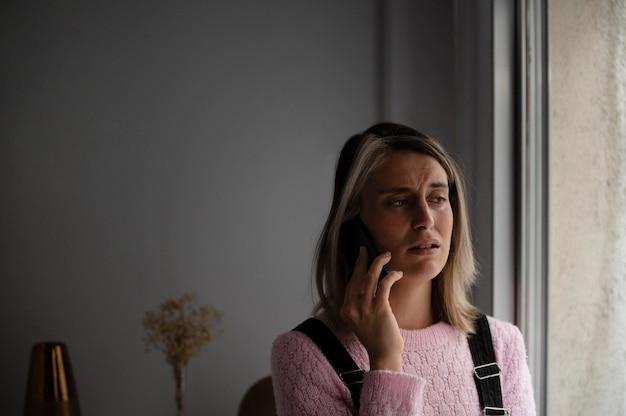 Frau, die einen streit mit ihrem mann über das telefon hat