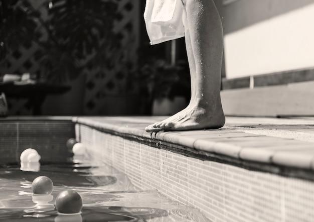 Frau, die einen swimmingpool bereitsteht