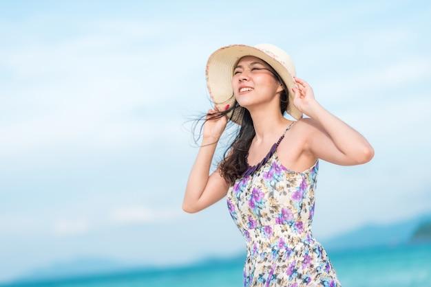Frau, die einen tag am strand genießt
